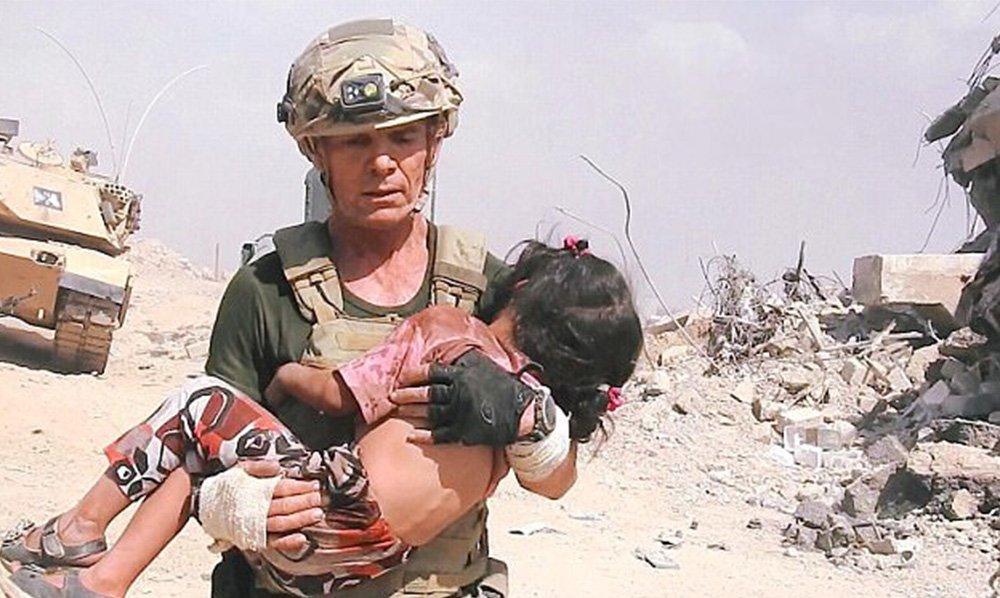 [VÍDEO] Con este coraje salva el ejemplar cristiano a una niña de los francotiradores del ISIS