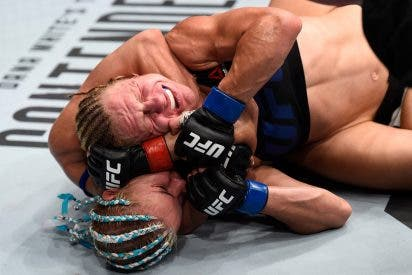 [VÍDEO] El guarro accidente de una luchadora rusa de UFC en pleno combate
