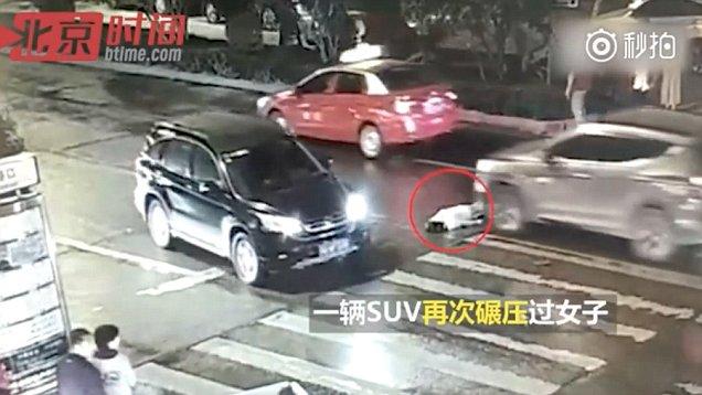[VÍDEO] La china que muere atropellada por dos coches ante una cochina indiferencia general
