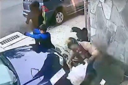 [VÍDEO] Una mujer salva la vida a un niño arrojándose contra un coche fuera de control