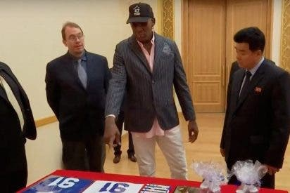 [VÍDEO] ¡Insólito!: Dennis Rodman regala un libro de Trump a Kim Jong-un