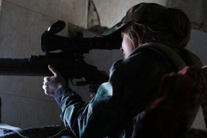[VIDEO] Así reaccionó esta combatiente kurda cuando una bala le pasó rozando