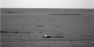 La extraña foto del OVNI con forma de 'Batimóvil' sobre el planeta Marte