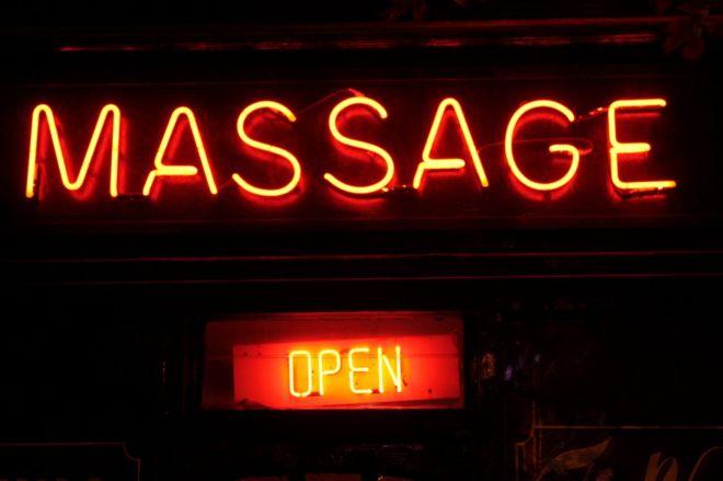 El suicidio que dejó al descubierto un sórdido negocio tras unos salones de masaje
