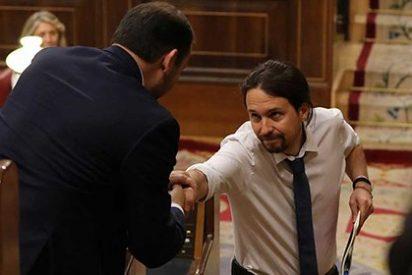 El País le atiza un buen sopapo a un acomplejado PSOE de Sánchez por tender la mano a Podemos