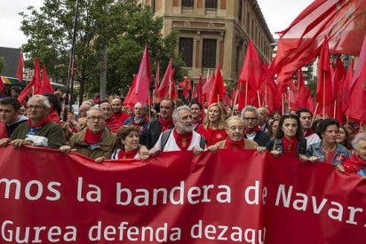 Miles de navarros se manifiestan en Pamplona en defensa de la bandera de Navarra