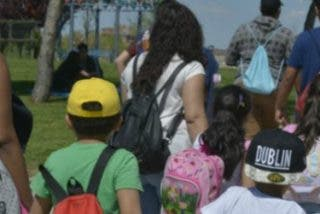 Cáritas cumple el sueño de niños y niñas de la Cañada Real al llevarlos por primera vez a la playa