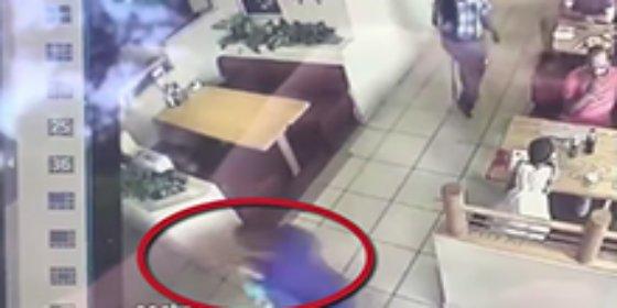 El vídeo del tipo que rapta a un niño en 10 segundos ante sus padres