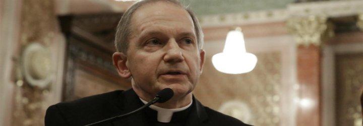 Piden la destitución del obispo de Illinois por negarse a oficiar funerales para fieles gays