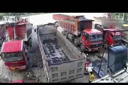 [VÍDEO] Las terribles imágenes de un hombre que muere aplastado entre dos camiones
