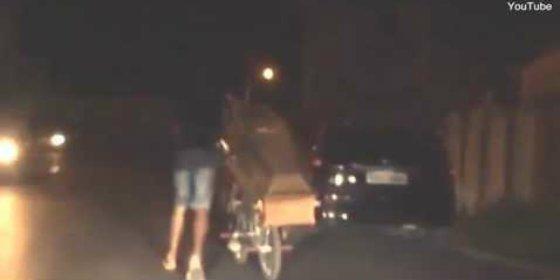 El macabro vídeo del joven que desentierra a su hermano para darle un paseo