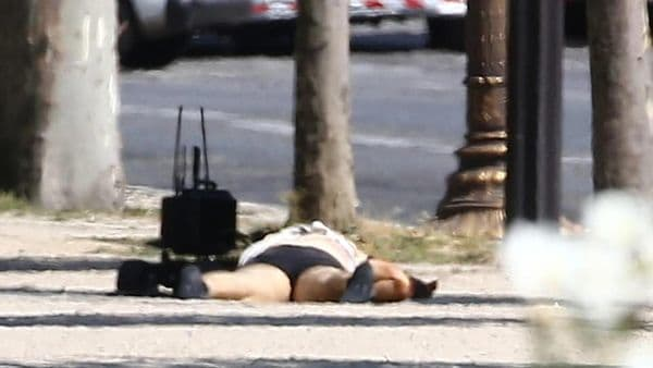 [VÍDEO] El espeluznante registro al cadáver del terrorista de los Campos Elíseos