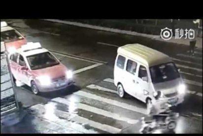 [VÍDEO] A esta mujer la atropellan dos veces y nadie le ayuda