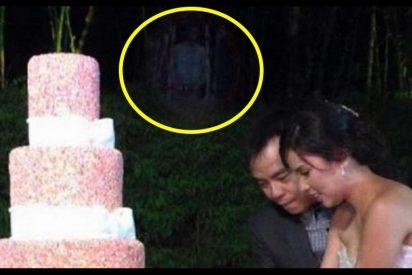 La inocente foto de boda que esconde un detalle aterrador