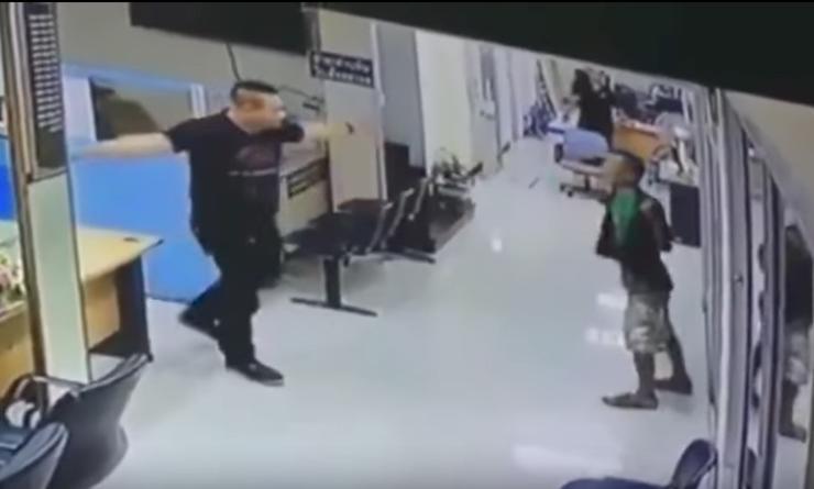 [VÍDEO] La reacción de un policía gigante ante el loco que asalta una comisaría