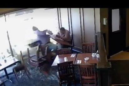 [VÍDEO] Comían tranquilamente en un restaurante cuando pasó esto...