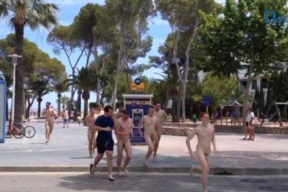 [VÍDEO] Del 'mamading' al 'despeloting': así se pasean desnudos los turistas británicos en Mallorca