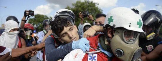 [VÍDEO] Los tres tiros a quemarropa que le ha pegado la policía chavista al joven por protestar