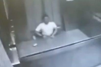 [VÍDEO +18] Un ascensor lo parte en dos, intenta pedir ayuda por teléfono, pero muere desangrado