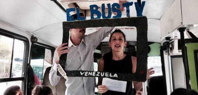 Los periodistas venezolanos desafían la censura del régimen chavista con el 'Bus TV'