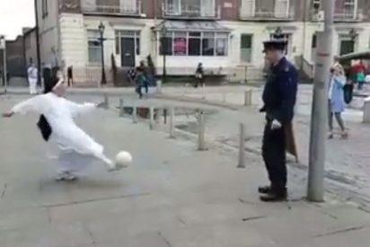 [VÍDEO] El desternillante vídeo de una monja y un policía en Irlanda jugando a dar toques con la pelota