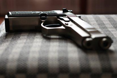 [VÍDEO] Por esto no es bueno jugar con armas: Bromeaba con su amigo, le dispara por accidente y lo mata