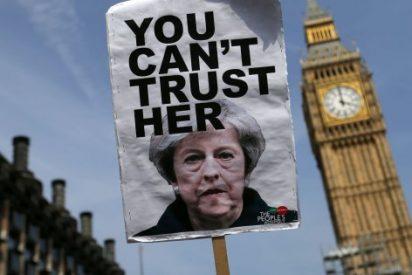 Theresa May pide perdón por la chapuza del Gobierno en el incendio de la torre Grenfell