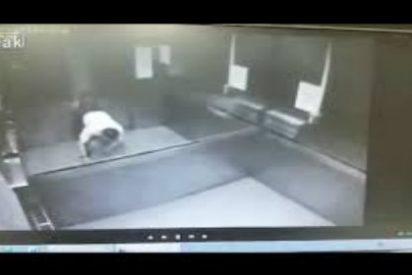 [VÍDEO] La lenta agonía del hombre que aplasta un ascensor y pide ayuda por el móvil