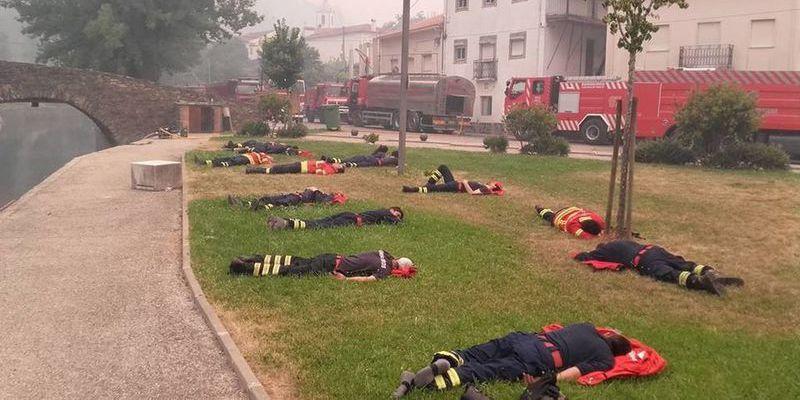 La foto 'heroica' que muestra el agotamiento de los bomberos en Portugal