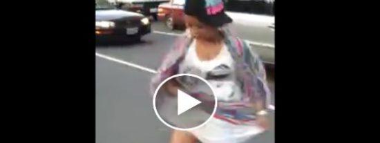 La cachonda se baja del coche en plena calle porque le echa humo el 'chichi'