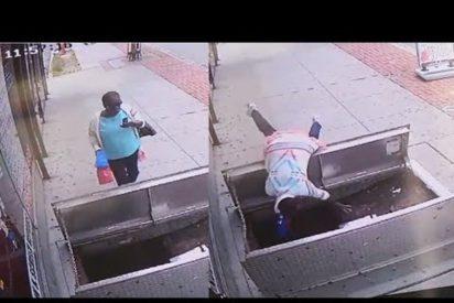 [VÍDEO] Por estar pendiente del móvil esta mujer cae al interior de un alcantarillado