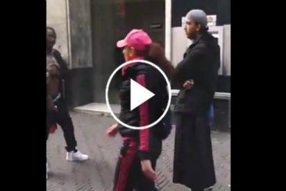 El negro que enseña su enorme pene a un musulmán para protestar y le dan de leches