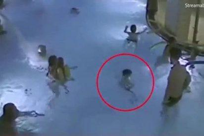 El vídeo del niño de 4 años que se ahoga en una piscina sin que nadie le haga caso