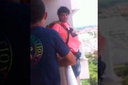 [VIDEO] El 'genio' que compró un paracaídas por Internet y saltó desde su balcón