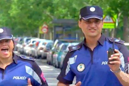 El vídeo donde Carmena deja a los policías municipales como unos tontainas 'emporrados'