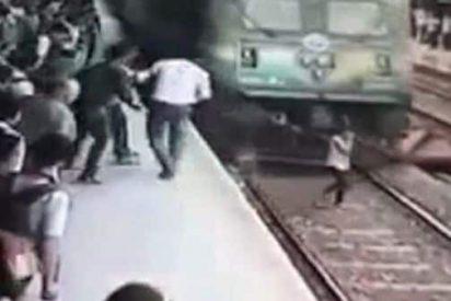 [VÍDEO] El terrible momento en que un tren arrolla a una despistada que hablaba por el móvil