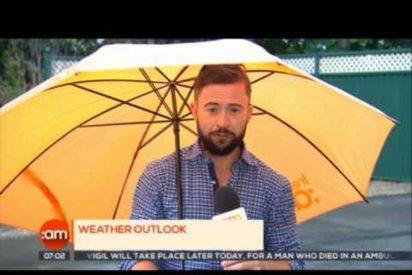 [VÍDEO] El viento se lleva volando en directo a este reportero
