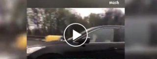 Moscú: La rusa calentorra que fornica con el conductor de un coche a toda marcha