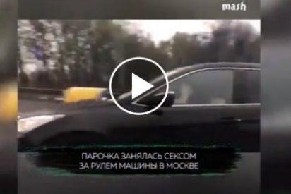 Moscú: La rusa que se lo monta con el conductor de un coche a toda marcha