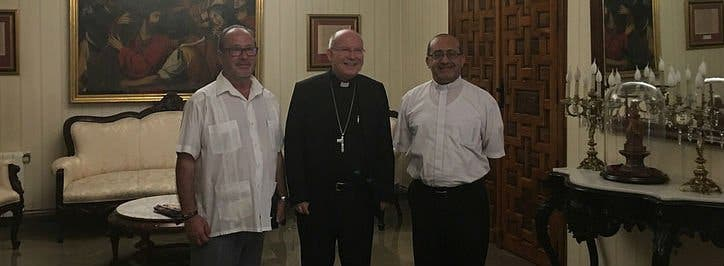 """Don Amadeo, un obispo feliz, y el cura de los """"santos vivos"""""""