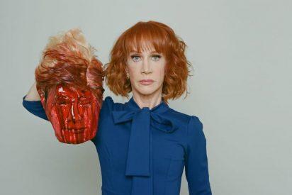 [VÍDEO] Con esta cara exhibe una 'decapitada' presentadora de CNN la 'cabeza cortada' de Trump