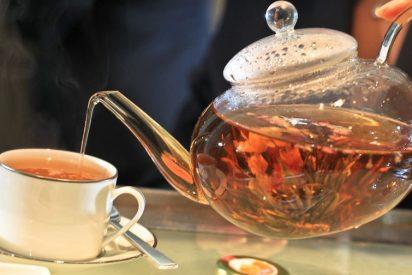 Por qué los ingleses le ponen leche al té
