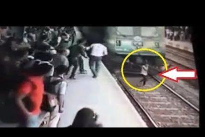 [VÍDEO +18 ] Una joven es arrollada por un tren mientras habla por teléfono
