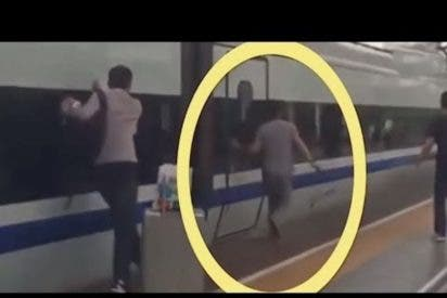 [VÍDEO] A un hombre se le quedan atrapados los dedos en un tren en marcha y pasa esto