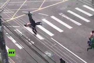[VÍDEO] Ultras casi matan a golpes a un hincha rendido en el suelo en Brasil