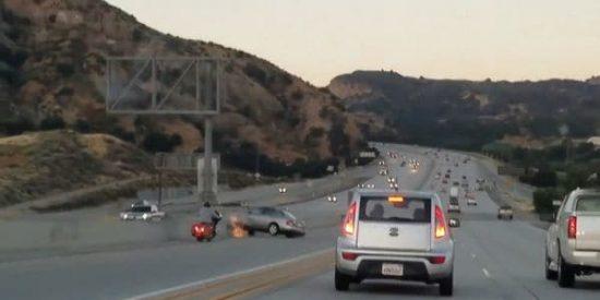 [VÍDEO] Un imprudente motorista provocó este aparatoso accidente al chocar contra un coche en una autopista