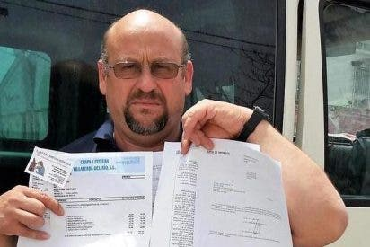 Este es el desventurado que lleva 14 años esperando a que le arreglen el coche