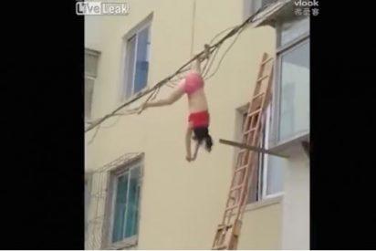 [VÍDEO] Huye de la esposa de su amante por una ventana ¡y queda colgada cabeza abajo!
