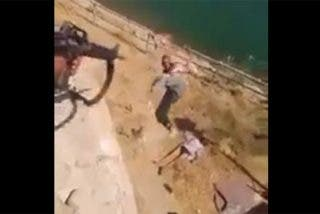 [VÍDEOS SIN CENSURA] Los 'gays' del ISIS lanzados desde un precipicio por unos vengativos militares