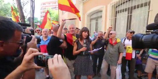 Los 'españoles' apabullan a los 'independentistas' de la manifestación de mínimos contra la Guardia Civil